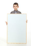 Preschooler que prende o cartaz em branco imagem de stock