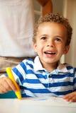Preschooler que tiene colorante de la diversión Foto de archivo