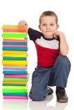 Preschooler y libros grandes de la pila Fotografía de archivo