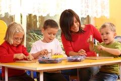 Preschoolers e blocchi di legno immagini stock libere da diritti