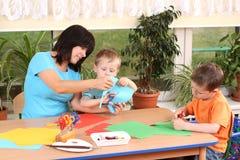 Preschoolers e habilidades manuais Fotos de Stock Royalty Free