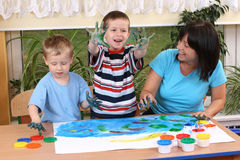 Preschoolers and fingerpainting Royalty Free Stock Photos