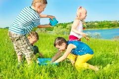 Preschoolers que espalham a água Fotos de Stock Royalty Free