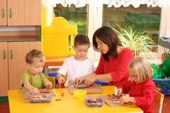 Preschoolers y bloques de madera fotos de archivo
