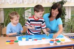Preschoolers y el fingerpainting Imagen de archivo libre de regalías