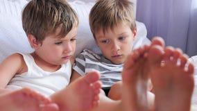 Preschoolers z bezprzewodowym gadżetem Nudny studiowanie Dzieci dostają zanudzającymi Dzieci i gadżetów dzieciaki z pastylką zdjęcie wideo