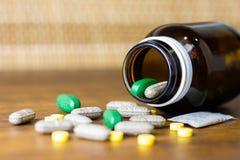 Prescrição da droga para a medicamentação do tratamento Medicamento farmacêutico, cura no recipiente para a saúde Tema da farmáci Imagem de Stock Royalty Free
