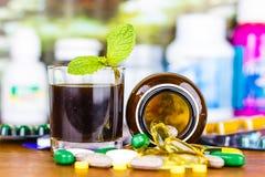 Prescrição da droga para a medicamentação do tratamento Medicamento farmacêutico, cura no recipiente para a saúde Tema da farmáci Imagens de Stock