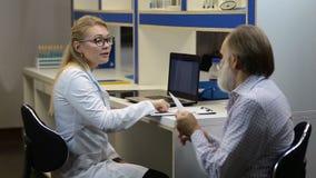 Prescrição da escrita do doutor ao paciente no hospital filme