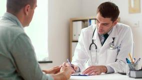 Prescrição da escrita do doutor para o paciente na clínica filme