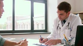 Prescrição da escrita do doutor para o paciente na clínica video estoque