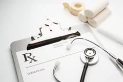 Prescrição de Rx na prancheta com estetoscópio Foto de Stock