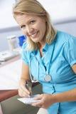 Prescrição fêmea do doutor In Surgery Writing para fora Fotos de Stock Royalty Free