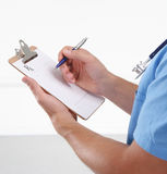 Prescrição masculina da escrita do doutor na prancheta Fotografia de Stock