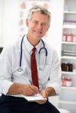 Prescrição sênior da escrita do doutor Fotos de Stock