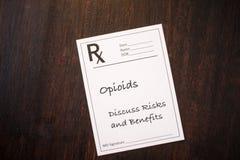 Prescripción del opiáceo - discuta los riesgos y las ventajas fotografía de archivo