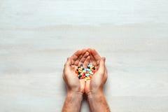 Prescripción, estetoscopio y diversas píldoras coloridas, tabletas, cápsula en el fondo de madera blanco Fotografía de archivo