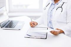 Prescripción femenina de la escritura del doctor Fotografía de archivo libre de regalías