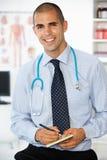 Prescripción masculina joven de la escritura del doctor imagenes de archivo