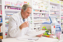 Prescripción mayor de la lectura del farmacéutico Imagenes de archivo