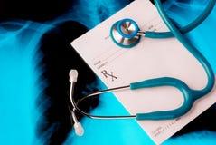 Prescripción médica vacía con un estetoscopio Foto de archivo libre de regalías