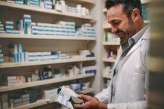 Prescription de participation de pharmacien et médecine de vérification dans le pharmac photo libre de droits