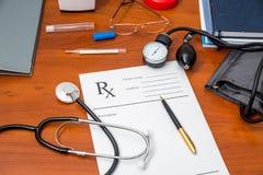 Prescription de Rx avec des pilules, stéthoscope, thermomètre Photographie stock libre de droits