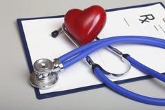 Prescription de RX, coeur rouge et stéthoscope médical sur le fond blanc Image libre de droits
