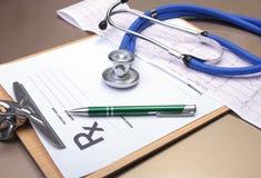 Prescription de RX, coeur rouge, pilules, mètre de tension artérielle et un stéthoscope sur la table Image stock