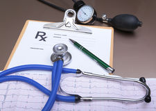 Prescription de RX, coeur rouge, pilules, mètre de tension artérielle et un stéthoscope sur la table Images libres de droits