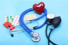 Prescription de RX, coeur rouge, pilules, mètre de tension artérielle et un stéthoscope sur la table Photo libre de droits