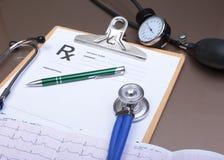 Prescription de RX, stéthoscope, mètre de tension artérielle et stylo sur le fond blanc Images libres de droits