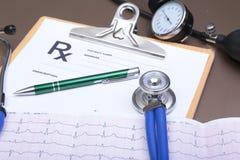 Prescription de RX, stéthoscope, mètre de tension artérielle et stylo sur le fond blanc Image stock