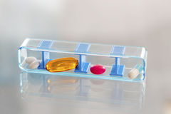 Prescriptions quotidiennes de boîte à pilules pour le patient Image libre de droits