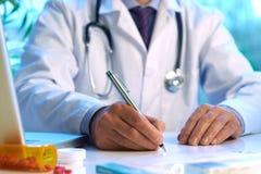 Prescrizione di scrittura del medico Fotografia Stock Libera da Diritti