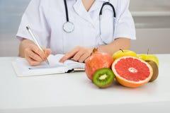 Prescrizione femminile di scrittura del dietista Fotografia Stock Libera da Diritti
