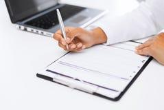 Prescrizione femminile di scrittura di medico Immagine Stock