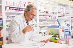 Prescrizione senior della lettura del farmacista Immagini Stock