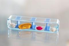 Prescrizioni quotidiane delle portapillole per il paziente Immagine Stock Libera da Diritti