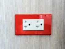Prese a muro elettriche con il piatto di parete rosso Immagini Stock