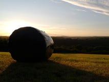 preseli山的看法在黄昏的与干草bal 库存照片