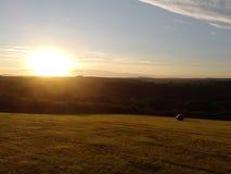 preseli山的看法在黄昏的与干草bal 库存图片