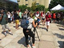 Presença dos meios no eclipse solar parcial Foto de Stock Royalty Free