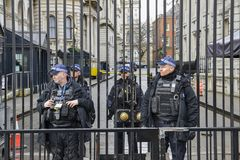 Presença pesada da segurança na frente do primeiro ministro escritório do ` s em 10 Downing Street na cidade de Westminster, Lond Imagens de Stock