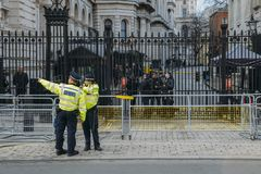 Presença pesada da segurança na frente do primeiro ministro escritório do ` s em 10 Downing Street na cidade de Westminster, Lond Foto de Stock