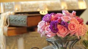 Presenta decoraciones de flores y del tronco Cambio dinámico del foco Cierre para arriba almacen de metraje de vídeo