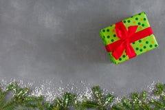 Presenta la caja de regalo en el papel punteado del color para la Navidad Fotos de archivo