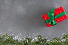 Presenta la caja de regalo en el papel punteado del color para la Navidad Imágenes de archivo libres de regalías