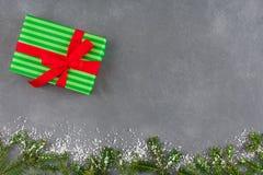 Presenta la caja de regalo en el papel rayado del color para la Navidad Imagen de archivo