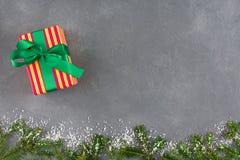 Presenta la caja de regalo en el papel rayado del color para la Navidad Imagenes de archivo